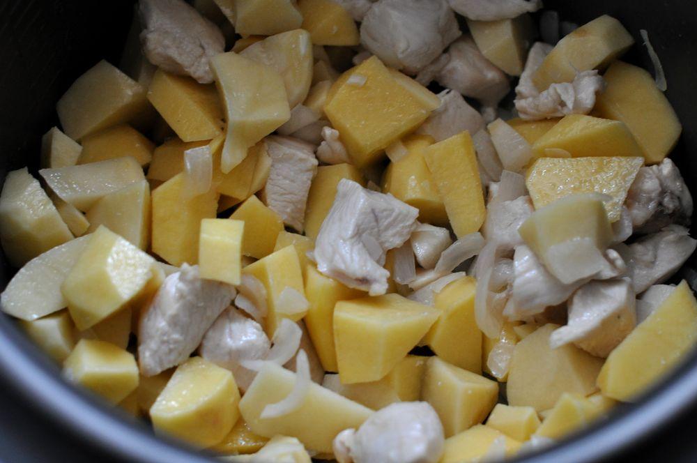 тушеная картошка в мультиварке с куриной грудкой