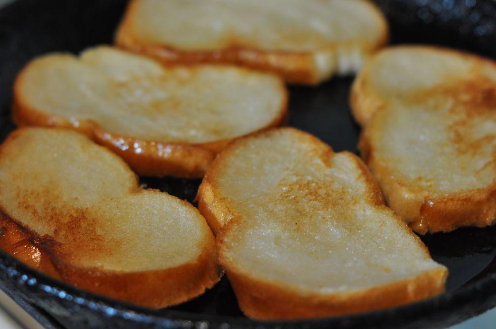 Чесночные гренки сковороде рецепт фото