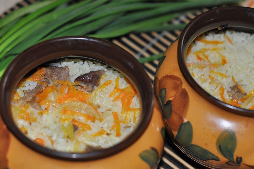 Рис с мясом, грибами или овощами – это то, что именно в горшочках получается невероятно аппетитно и полезно.