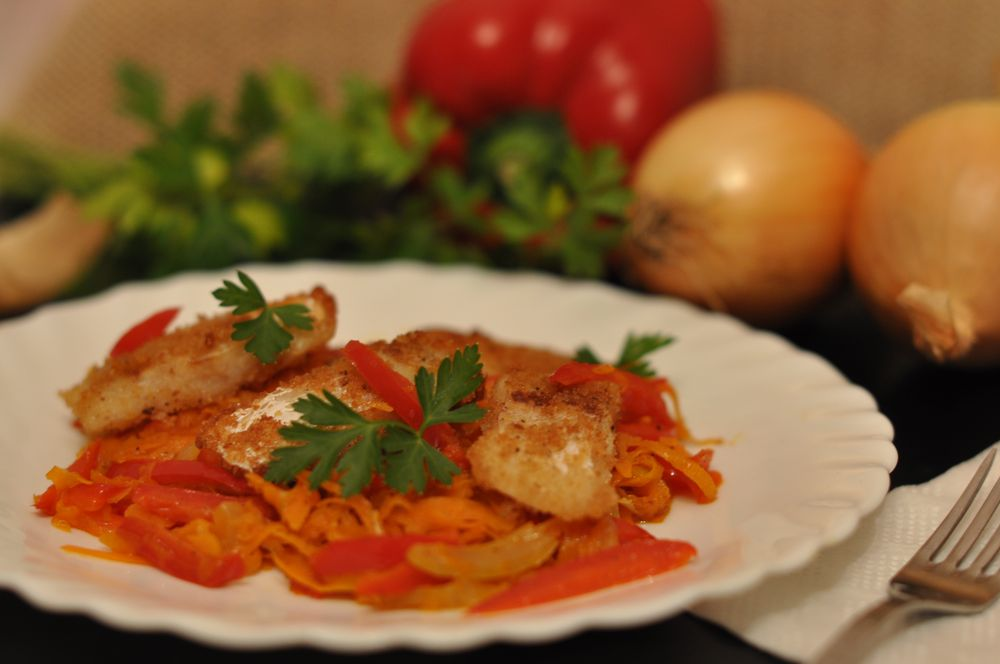 Рыба жареная с овощами на сковороде