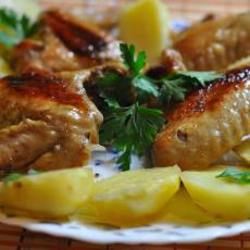 Куриные крылышки с картошкой в мультиварке