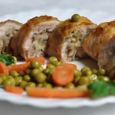 Рулетики куриные с грибами и сыром