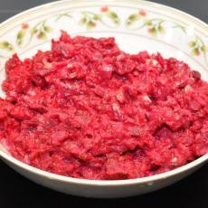 Простой салат из свеклы с чесноком