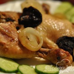 Тушёная курица в кастрюле