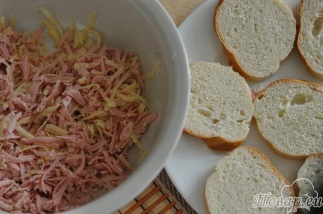 Бутерброды с сыром и колбасой в микроволновке: сыр, колбаса