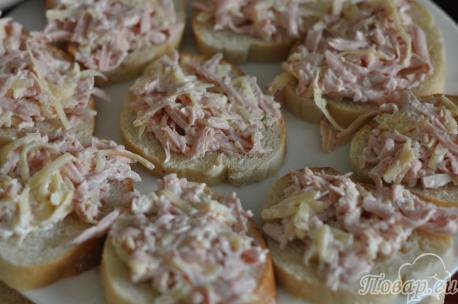 Бутерброды с сыром и колбасой в микроволновке: на хлебе