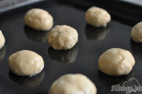 Дрожжевые булочки с вареньем: на противне
