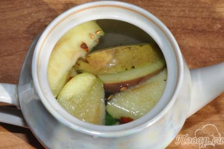 Имбирный чай с шиповником: в чайнике