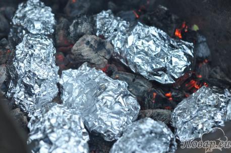 Готовый картофель в фольге на углях