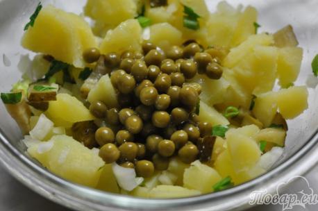 Картофельный салат с горошком: горошек