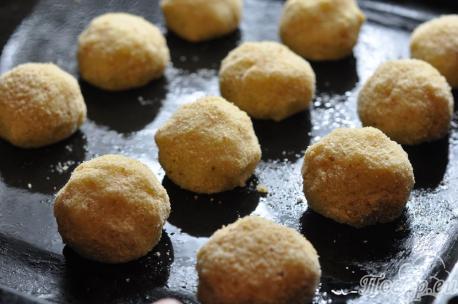 Картофельные крокеты с курицей: шарики на противне