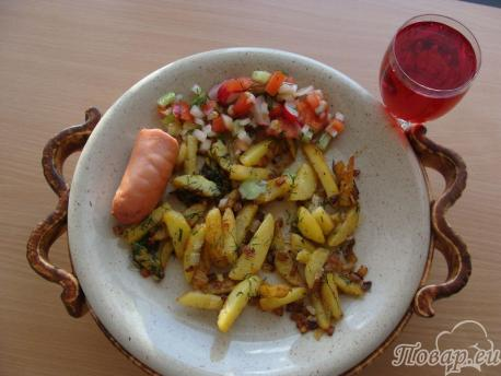 Жареная картошка с луком на сковороде