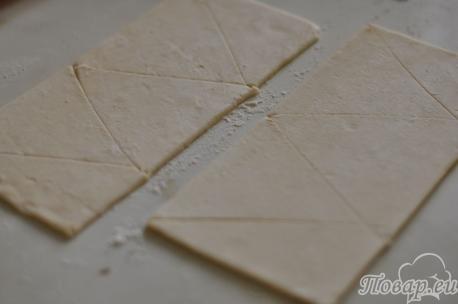 Треугольники из теста для круассанов из слоёного теста со сгущёнкой