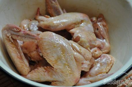 Куриные крылышки с картошкой в мультиварке: маринование