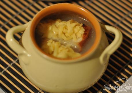 Луковый суп с сыром и гренками в горшочке