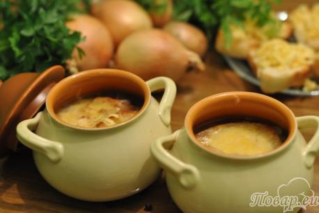 Луковый суп с сыром и гренками готов