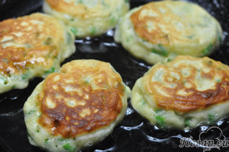 Оладьи с зелёным луком: на сковороде