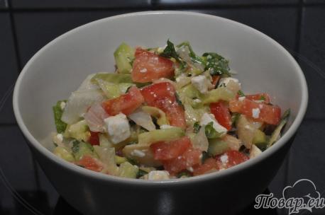 Рецепт овощного салата из помидор, огурцов и салата айсберг