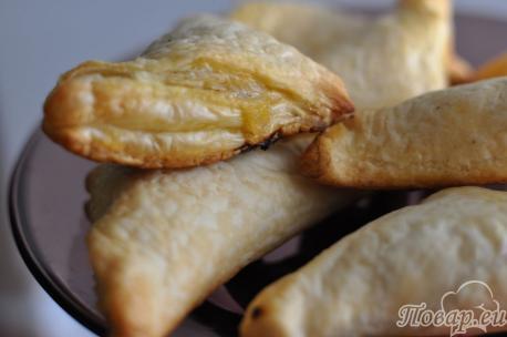 Пирожки из слоёного теста с капустой