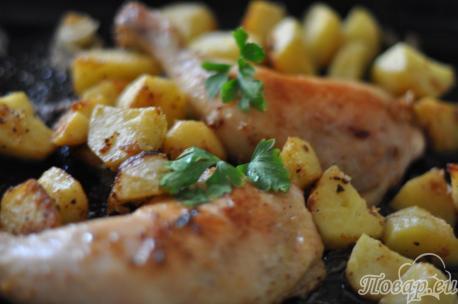 Готовая картошка с курицей в духовке