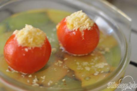 Приготовление яичницы в помидоре с сыром