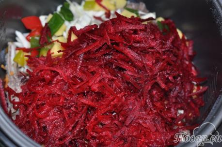 Борщ в мультиварке: закладка овощей в чашу