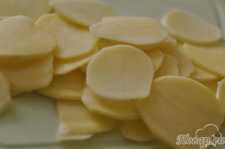 Ломтики картофеля для рецепта домашних чипсов