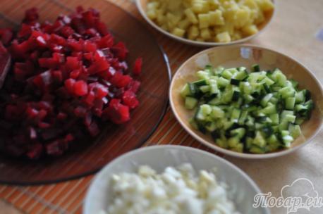 Подготовленные овощи и яйца для рецепта холодника