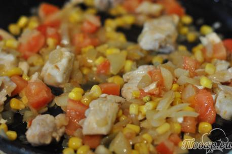 Рис с курицей и овощами в горшочке: обжаривание