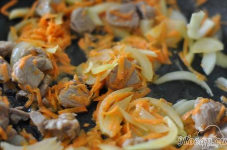 Мясо с овощами для приготовления риса со свининой в горшочках.