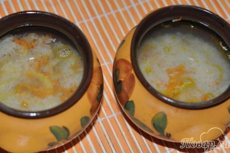 Закладка ингредиентов для приготовления риса со свининой в горшочках.