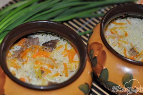 Готовый риса со свининой в горшочках.
