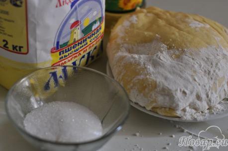 ингредиенты для приготовления сахарных плюшек из дрожжевого теста