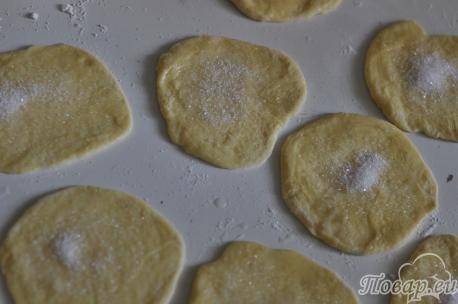 Сахарные плюшки из дрожжевого теста: шаг 2