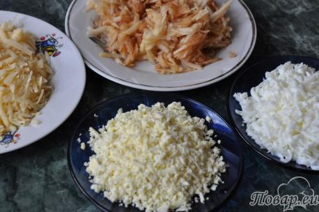 Подготовленные продукты для салата Черепаха с курицей и грецкими орехами