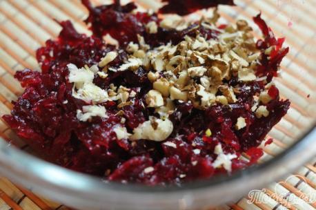 Салат из свёклы с грецкими орехами: орехи, чеснок