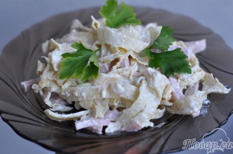 Салат с колбасой и блинами