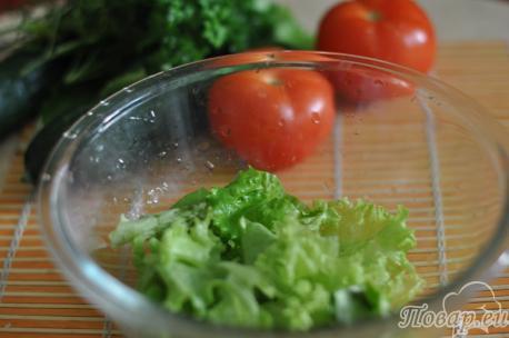 Нарезанные листья салата для салата овощного со сметаной