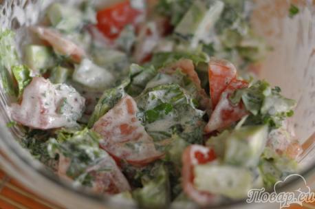 Готовый салат овощной со сметаной