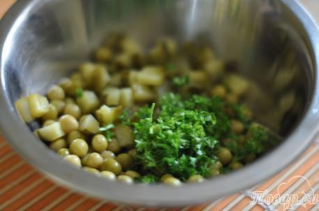 Горошек с зеленью для салата с горошком и огурцом