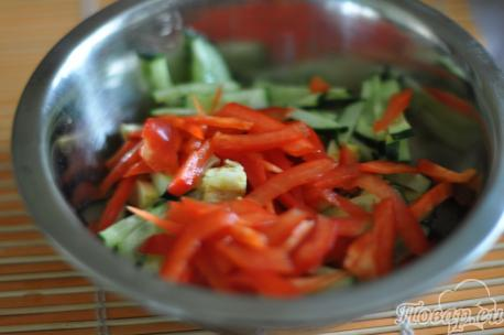 Овощи для салата с курицей и сладким перцем