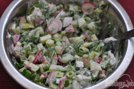 Салат с редисом и свежим огурцом в миске