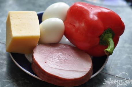 ингредиенты для салата с ветчиной, сыром и перцем