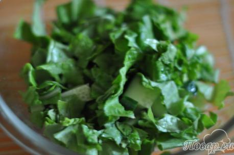 Листовой салат и огурец для салата с яйцами и свежим огурцом