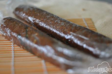 Готовая шоколадная колбаска из печенья