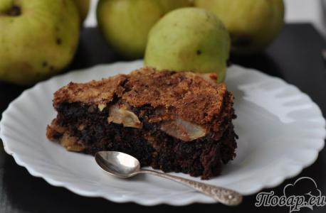 Шоколадная шарлотка с яблоками: готовая выпечка