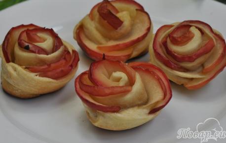 Слоёные розочки с яблоками: готовое блюдо