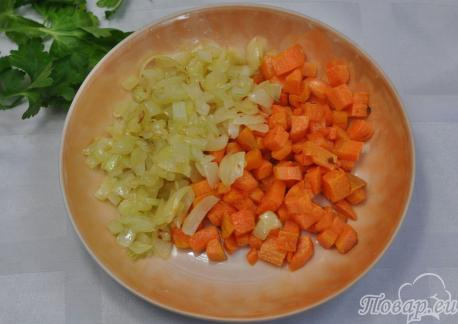 Суп рисовый на курином бульоне: овощи обжаренные