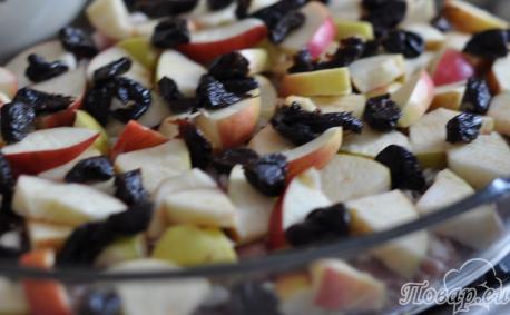 Свинина с черносливом в духовке с фруктами