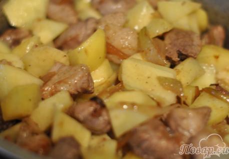 Тушёная капуста с мясом: обжаривание картофеля